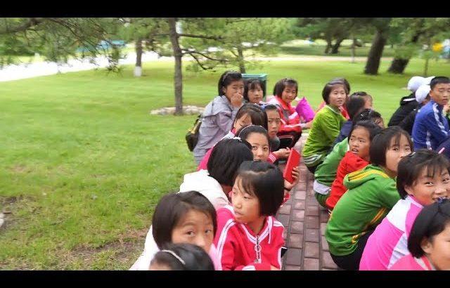 【朝鲜世界2】17集:朝鲜元山的夏令营,孩子们的娱乐项目镜子迷宫,四个成年人没走出去 / 旅行纪录片我去看世界